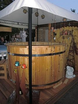 rustikale badezuber aus holz f r den garten als badebottich das badefass holzbadewanne hot tub. Black Bedroom Furniture Sets. Home Design Ideas