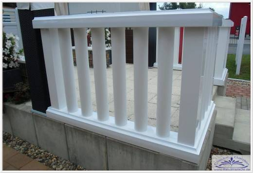 kunststoffzaun als moderne rundrohr balustrade f r balkon aus leichtem kunststoff balkon. Black Bedroom Furniture Sets. Home Design Ideas