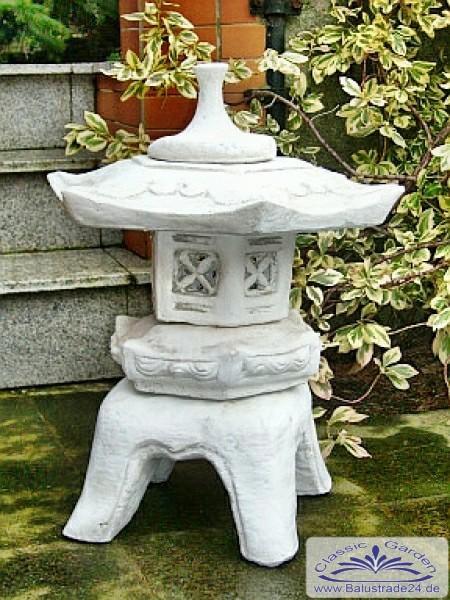 japanische steinlaterne als gartendeko gartenfiguren aus. Black Bedroom Furniture Sets. Home Design Ideas