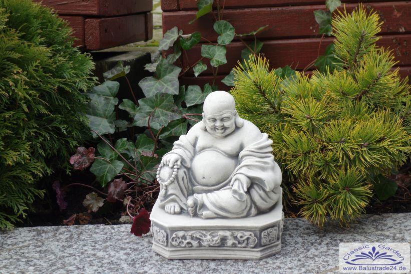 kleiner buddha asiatische gartenfigur zur gartendekoration in einem japnischen garten. Black Bedroom Furniture Sets. Home Design Ideas