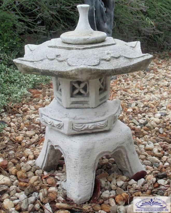 Japanische steinlaterne als gartendeko gartenfiguren aus for Japanische gartenfiguren