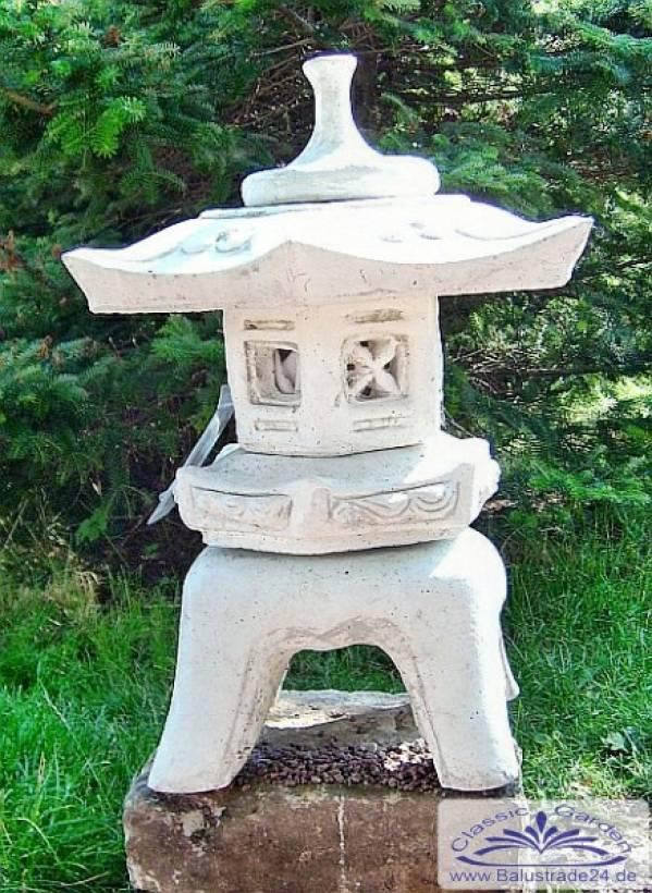 japanische steinlaterne als gartendeko gartenfiguren aus
